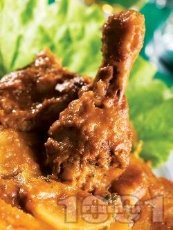Пилешки бутчета печени в гювеч с картофи, лук и доматено пюре на фурна - снимка на рецептата